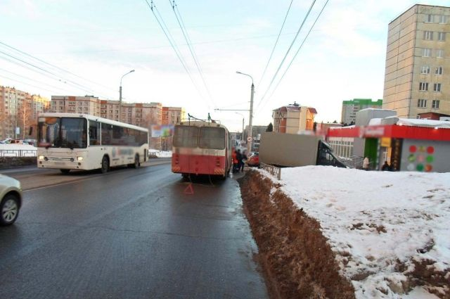 Очередное ДТП с участием общественного транспорта произошло в Ижевске.