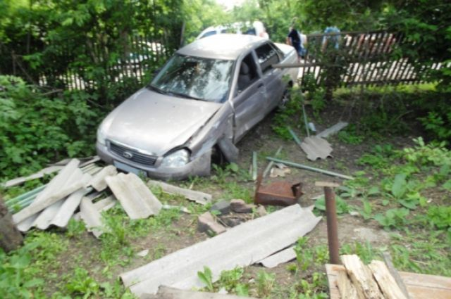 Автомобилист в Комсомольске снес забор авиазавода.