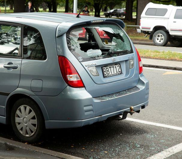 Разбитое окно автомобиля после стрельбы в Крайстчерче.