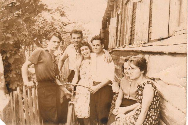 Жители барака на улице Витебской в Челябинске, 1950-е годы..