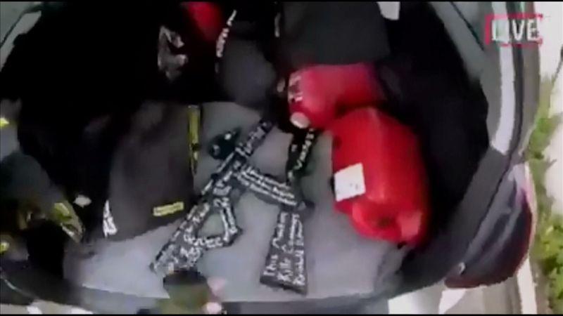 Один из нападавших вел прямую трансляцию с места убийств. На фото: кадр из видео, размещенного в социальных сетях, на котором видно, как он извлекает оружие из багажника своей машины.