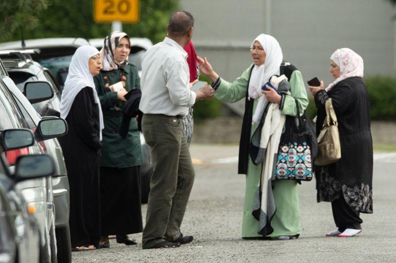 Местные жители после стрельбы в Крайстерче.
