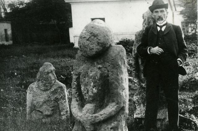 Григорий Прозрителев с экспонатами музея.