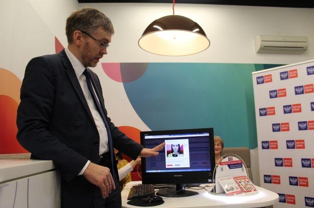 Руководитель дирекции биометрических технологий Почта Банка Андрей Шурыгин показывает, как собираются биометрические данные клиента в банке.