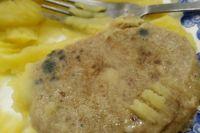 Родители возмутило, что их детей кормят котлетами с плесенью и пирожками с капустой, начинённой металлическими предметами.