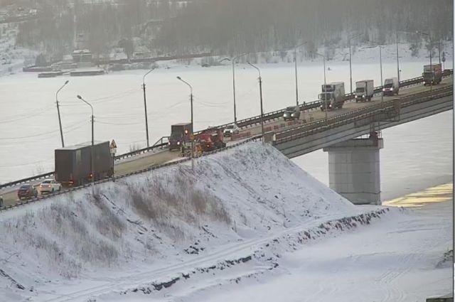 По мосту могут передвигаться только транспортные средства, вес которых не превышает 40 тонн.