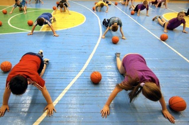 В Одессе на уроке физкультуры пятиклассники забили девочку мячом, после чего она впала в кому.