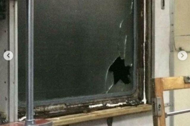 Осколки разлетелись по вагону: хулиганы бросали камни в поезд из Запорожья