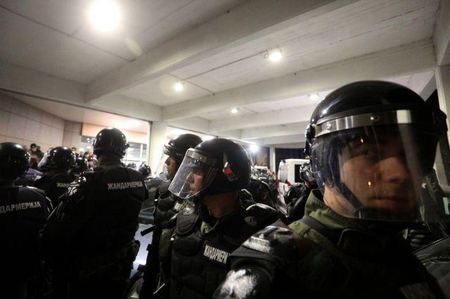 В Сербии полицейские мирно вывели из телецентра протестующих
