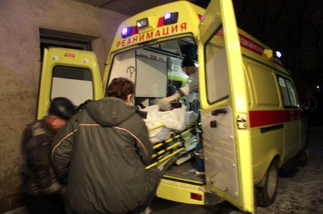 Мужчину увезли в больницу с травмами.