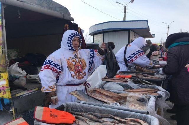 Рыба - самый популярный товар на праздничной ярмарке в Новом Уренгое