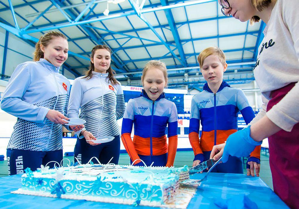 В ответ чемпионка угостила спортсменов праздничным тортом с украшениями в виде фирменной конькобежной символики.