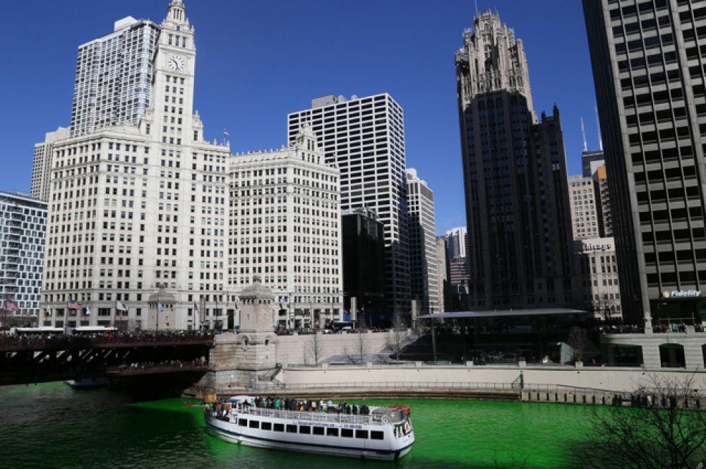 Река Чикаго окрасилась в зелёный цвет.