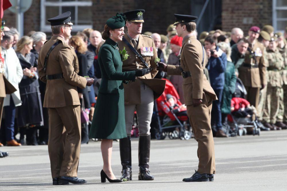 Принц Уильям и Герцогиня Кембриджская Кэтрин на параде Ирландского гвардейского полка.