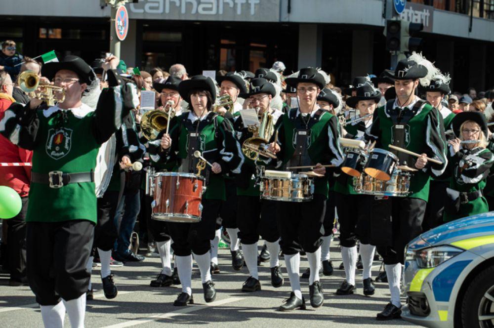 По всему миру проходят парады в честь праздника.