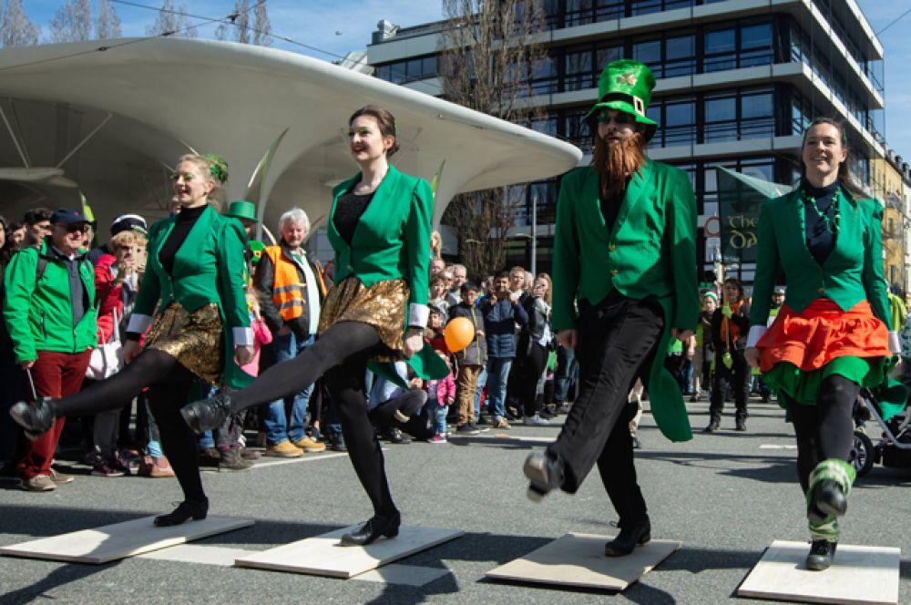 Традиционные ирландские танцы радуют прохожих.