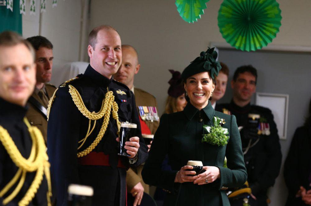 Принц Уильям и Герцогиня Кембриджская Кэтрин на традиционном приёме у гвардейцев.