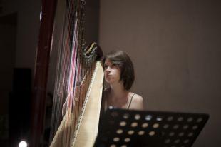 На арфе сыграет москвичка Анна Добрецова.