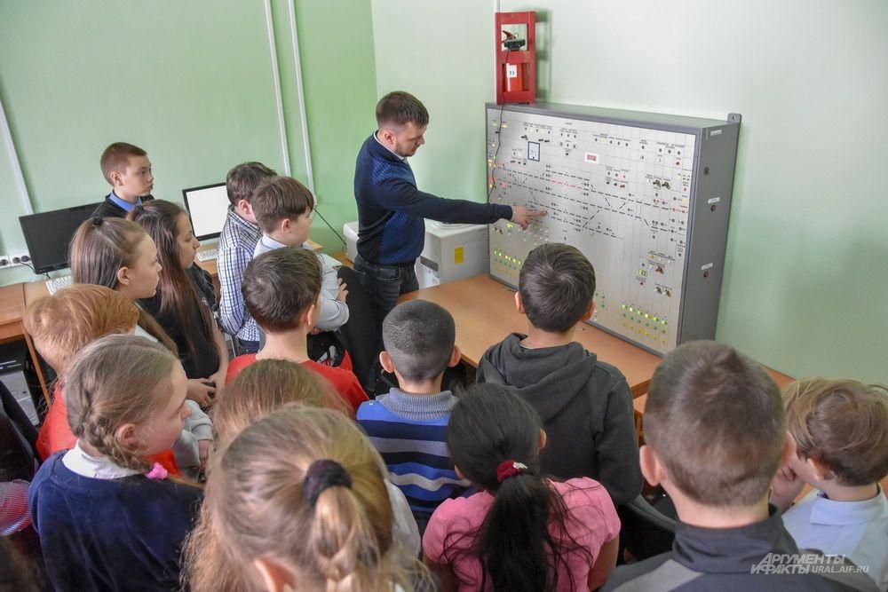 Для того, чтобы ближе познакомить школьников с работой дежурных, главный инженер Смычки Андрей Мягков приглашает маленьких гостей в учебный класс, оборудованный тренажером «Пульт станции».
