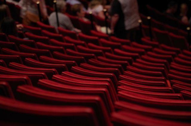 Актёры говорят: сложнее всего играть перед детьми, ведь ребёнок не будет сидеть в зале спокойно из вежливости, если спектакль его не увлекает.
