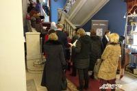 Люди несколько часов стоят в очереди за билетами на фестиваль.