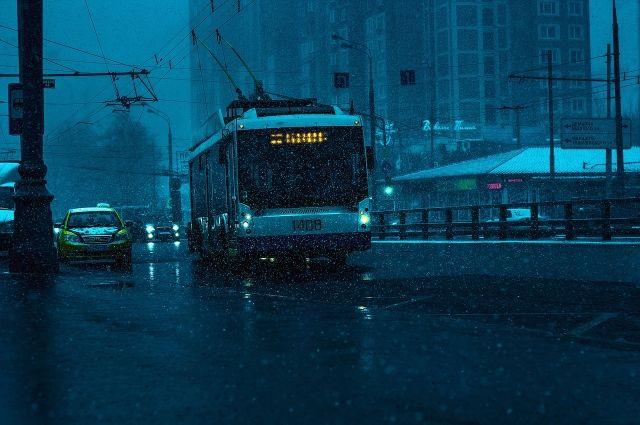 В Омске 70-летняя пенсионерка серьёзно упала в троллейбусе