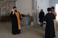 Владыка прошёлся по стройке и совершил чин освящения.