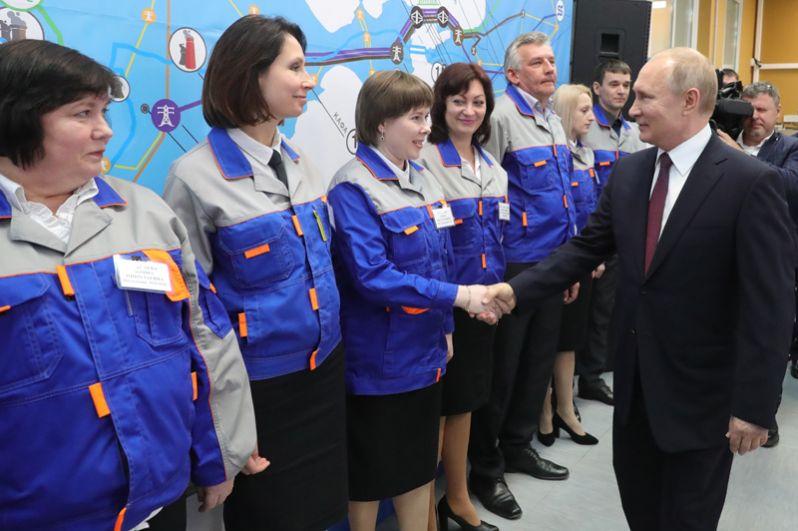 Владимир Путин и сотрудники Балаклавской ТЭС.