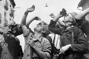 Испанские солдаты наблюдают за воздушным боем. Кадр из хроникально-документального фильма «Гренада, Гренада, Гренада моя...» Авторы фильма — кинооператор Роман Кармен и писатель Константин Симонов.