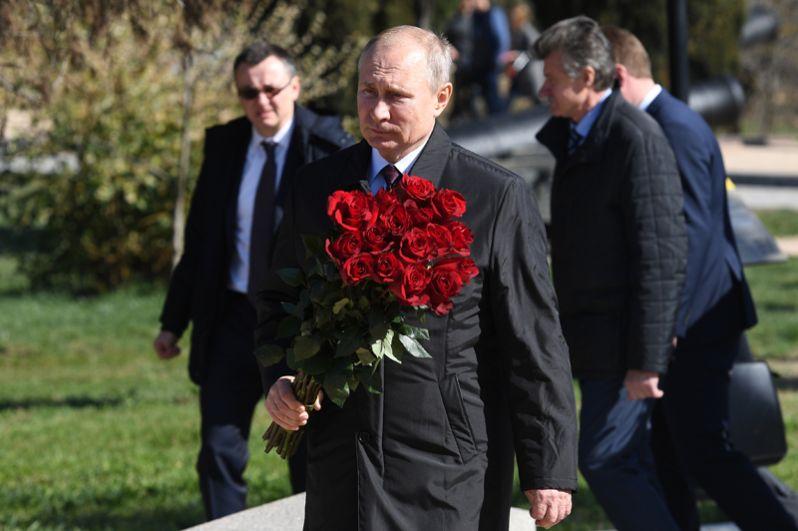 Владимир Путин во время посещения мемориального комплекса «Малахов курган» в Севастополе.