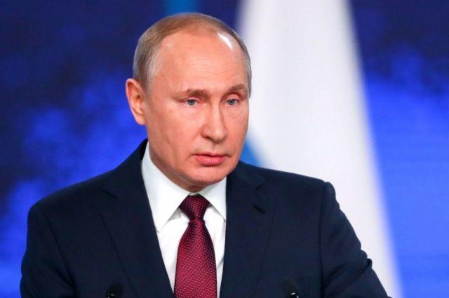 Путин подписал законы о фейковых новостях и об оскорблении госсимволов