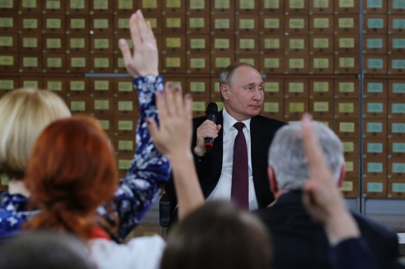 Президент РФ Владимир Путин во время встречи с представителями общественности Республики Крым и Севастополя.