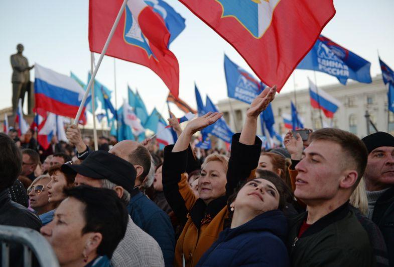 Жители, собравшиеся в центре Симферополя перед началом концерта в честь пятилетия воссоединения Крыма с Россией.