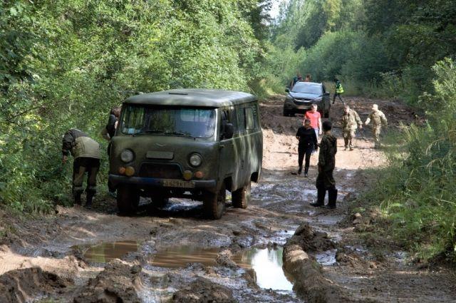 Поисковики-волонтёры порой проводят в лесах по нескольку суток.