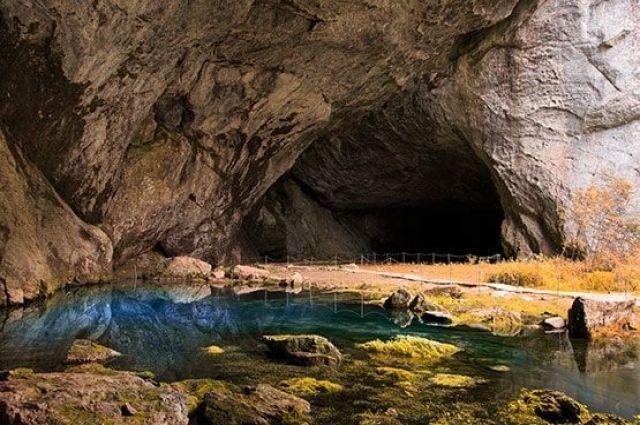 Голубое озеро у входа в пещеру - начало подводной части пещеры.