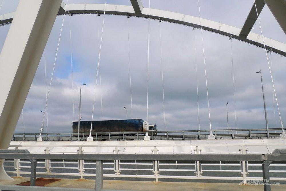 Грузовик едет по автомобильной арке Крымского моста.