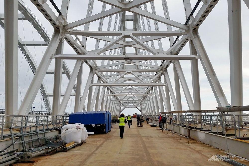 Железнодорожная арка Крымского моста.