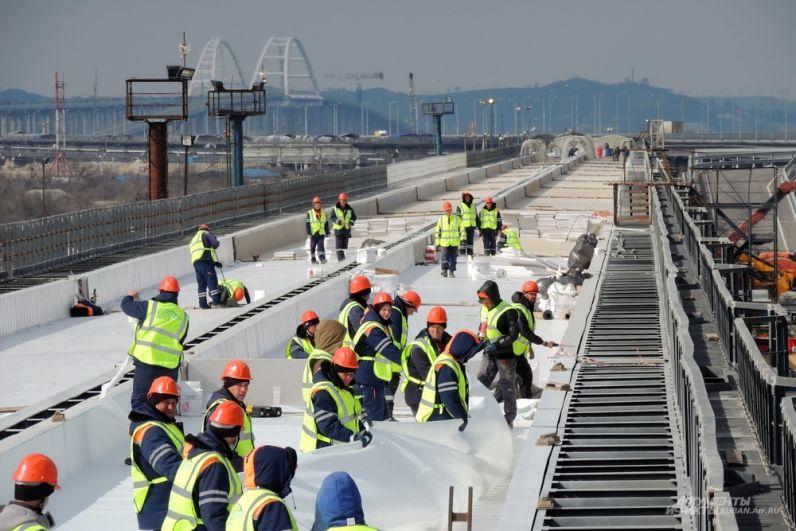 Сейчас на стройке Крымского моста трудятся около пяти тысяч строителей - это в три раза меньше, чем было в пик работ.