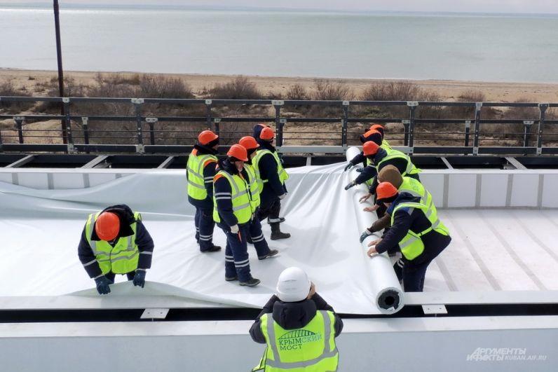 Укладка геотекстиля на железнодорожной части Крымского моста.