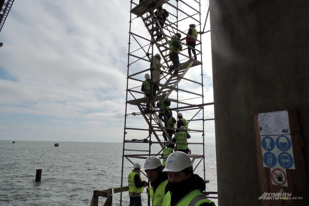 По этой лестнице строители поднимаются на железнодорожную арку Крымского моста.