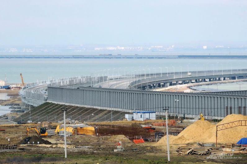 Начало Крымского моста со стороны Кубани.
