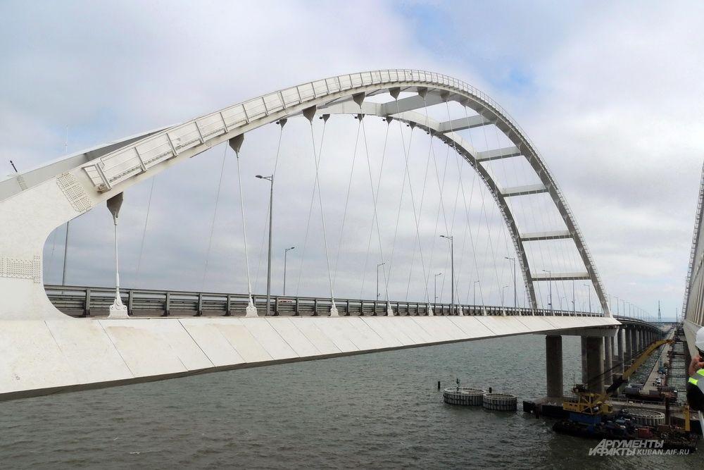 Арка автодорожной части Крымского моста.