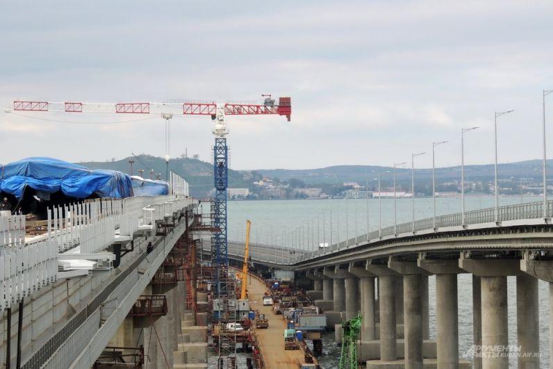 По мере приближения срока сдачи железнодорожного Крымского моста на стройке остаётся всё меньше кранов.