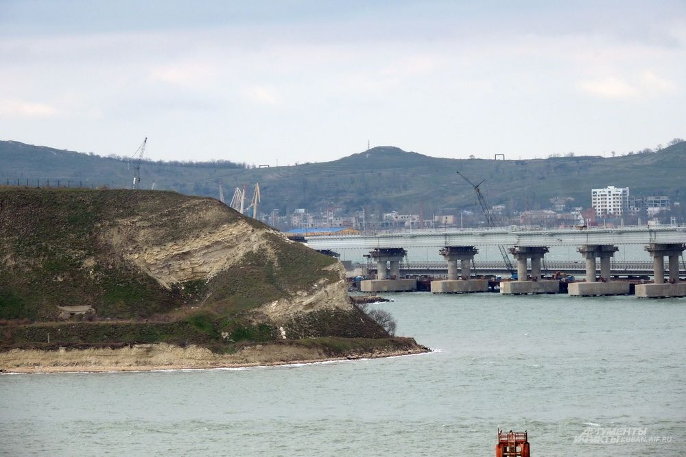 Крымский мост огибает мыс Ак-Бурун.
