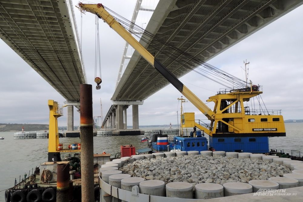Строительный кран под арками Крымского моста.