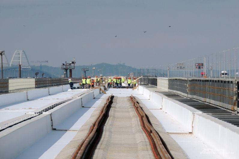 На Крымском мосту уже уложено 19 километров рельс из 38.