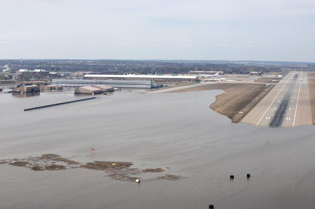 Вид своздуха набазу ВВС Оффатт иприлегающие районы, пострадавшие отпаводковых вод вштате Небраска.