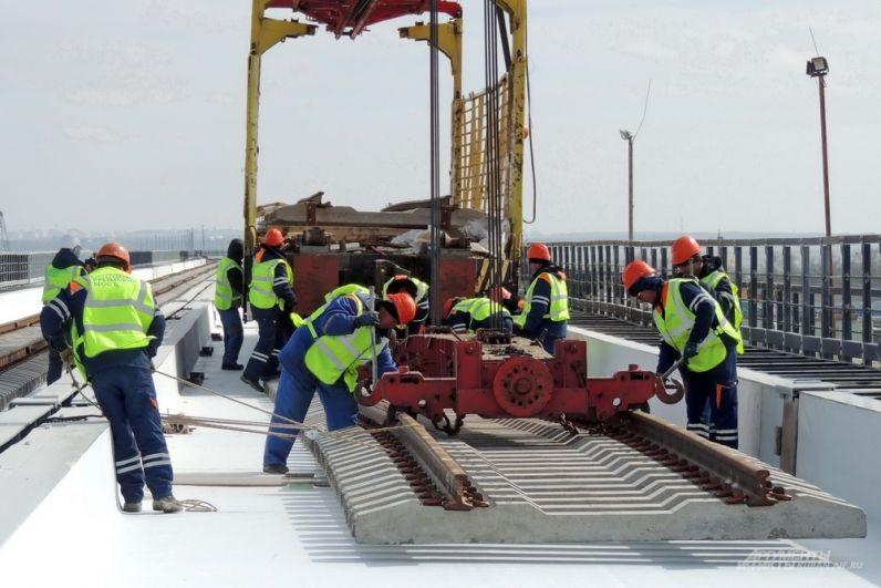 Рельсы укладываются при помощи специального железнодорожного состава с краном.
