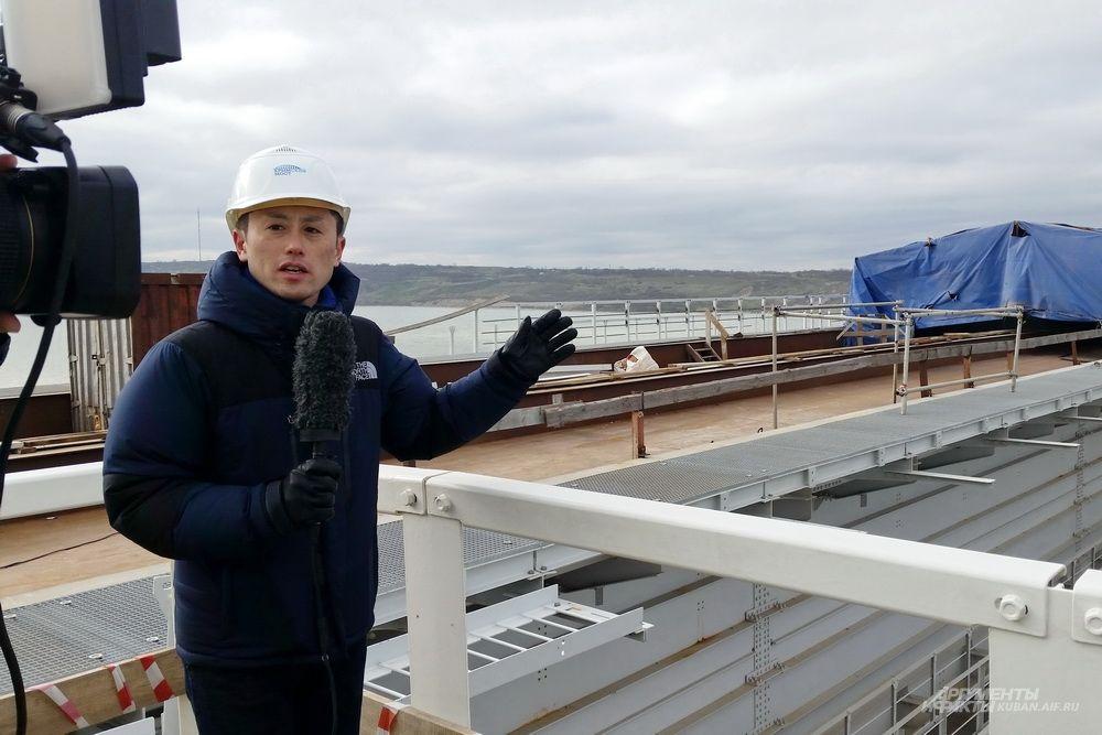 Корреспондент японского телевидения снимает сюжет о стройке Крымского моста.