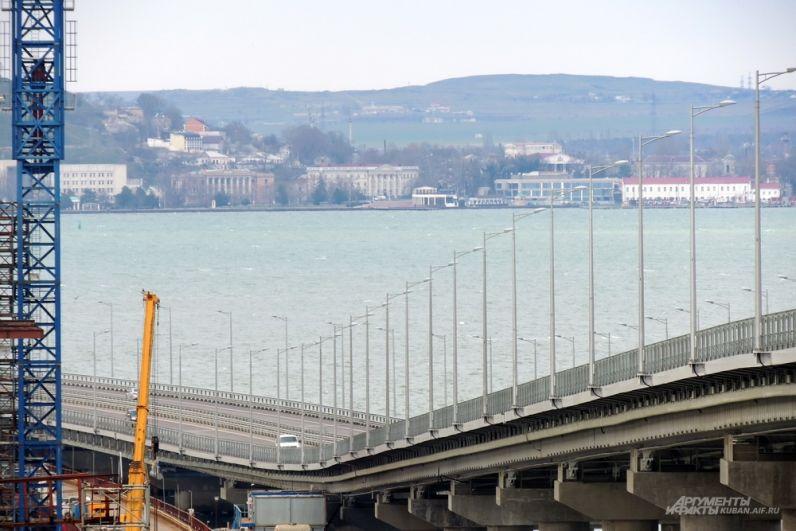 Автомобильный мост на фоне Керчи.